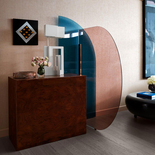 vela glass divider by arflex for a bedroom with 70s style