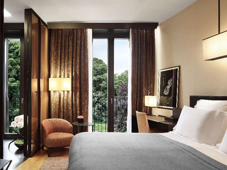 Precious solid teak, durmast and oak in this suite-room at Bulgari Hotel, one of the most luxury hotel in our list of the best 5 star hotels in Milan by esperiri