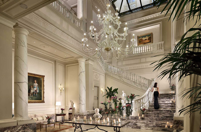 A winding Carrara Staircase and a crystal chandelier are the enchanting elements of this entrance to Palazzo Parigi Hotel & Grand Spa, one of most precious hotel in our list of the best five stars hotels in milan.